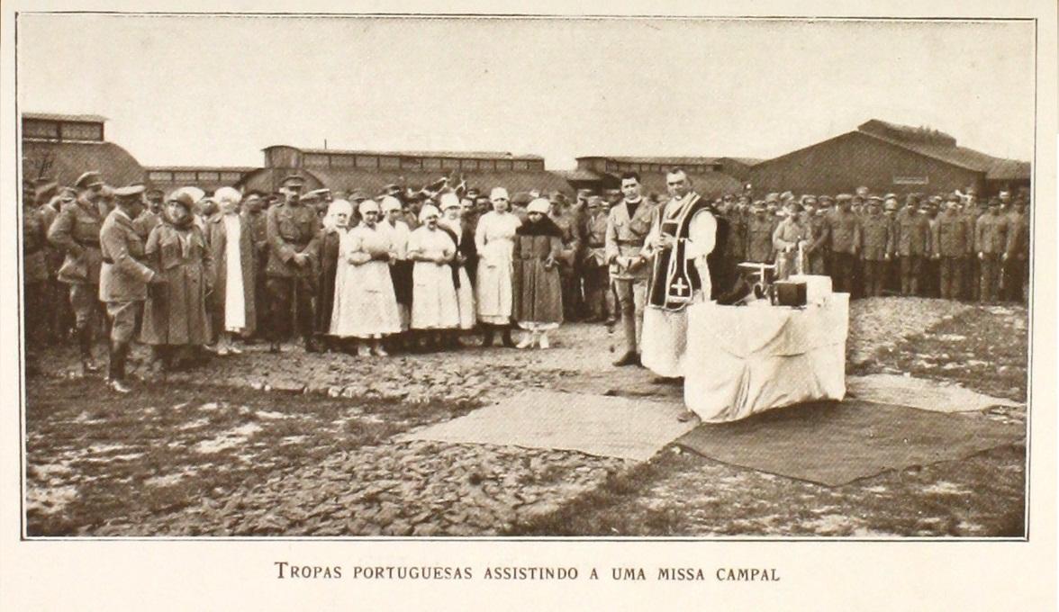 """Missa em Ambleteuse. À direita do Padre encontra-se o Alferes-capelão Joaquim Baptista de Aguiar. (in Pedro de Freitas, """"As Recordações da Grande Guerra"""", 1935, p.64)"""