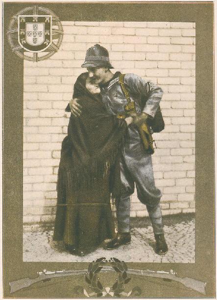 Abraço de Despedida: partida de um Fuzileiro Naval do Batalhão de Marinha Expedicionário a Angola  (1914). Foto Benoliel,Ilustração Portuguesa n.º 456, de 16 de Novembro de 1914.