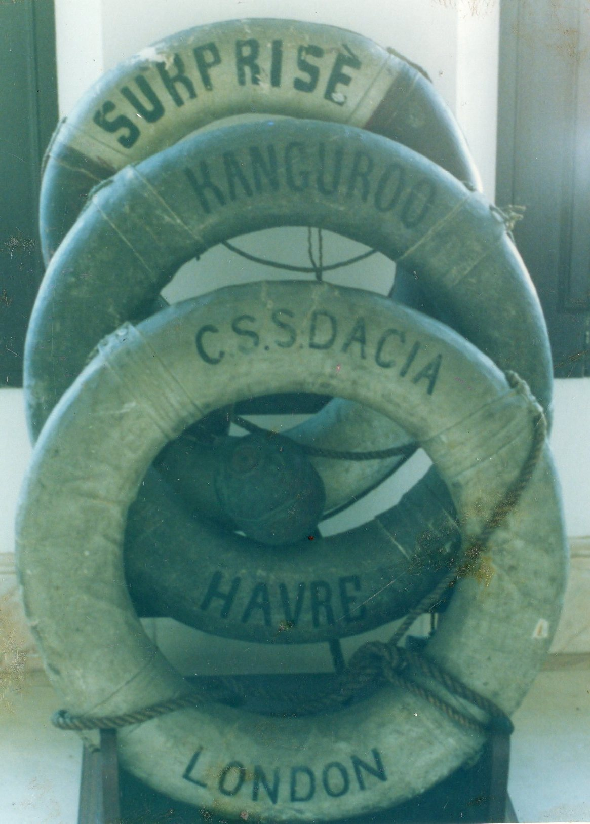 """Bóias dos navios afundados """"SURPRISE"""", KANGUROO"""" e """"DACIA"""", em 3 de Dezembro de 1916, na Baía do Funchal. Catálogo, n.º 479, Museu LCGG, Lisboa"""